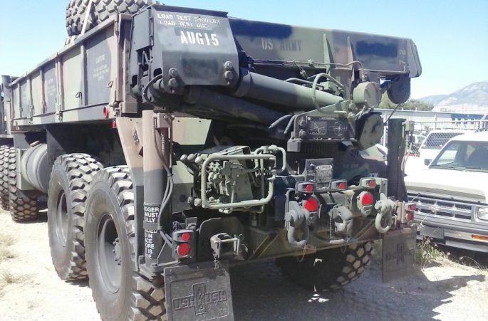 Oshkosh-M985-8x8-hitch-crane-rear-900x593