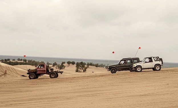 the-battle-of-the-off-road-beaters-ford-f-150-custom-geo-tracker-jeep-cherokee-land-rover-discovery-inline1-photo-673061-s-original